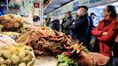 Colas en las pescaderías de la Praza de Abastos de Lugo