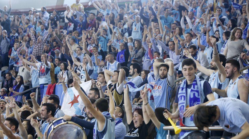 Lino López da instrucciones a las jugadoras durante el triunfo de España sub-17 ante Italia