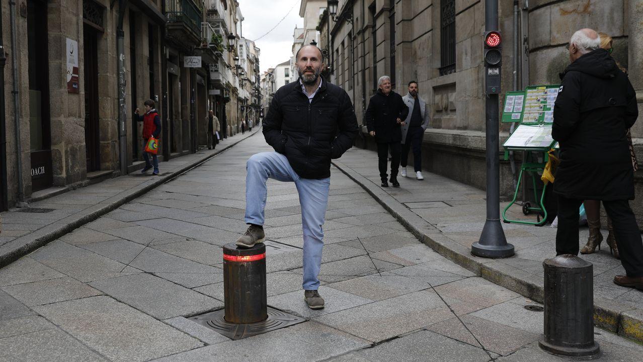«Soy el alcalde de Ourense, solicito que baje los bolardos y no los vuelva a subir más»