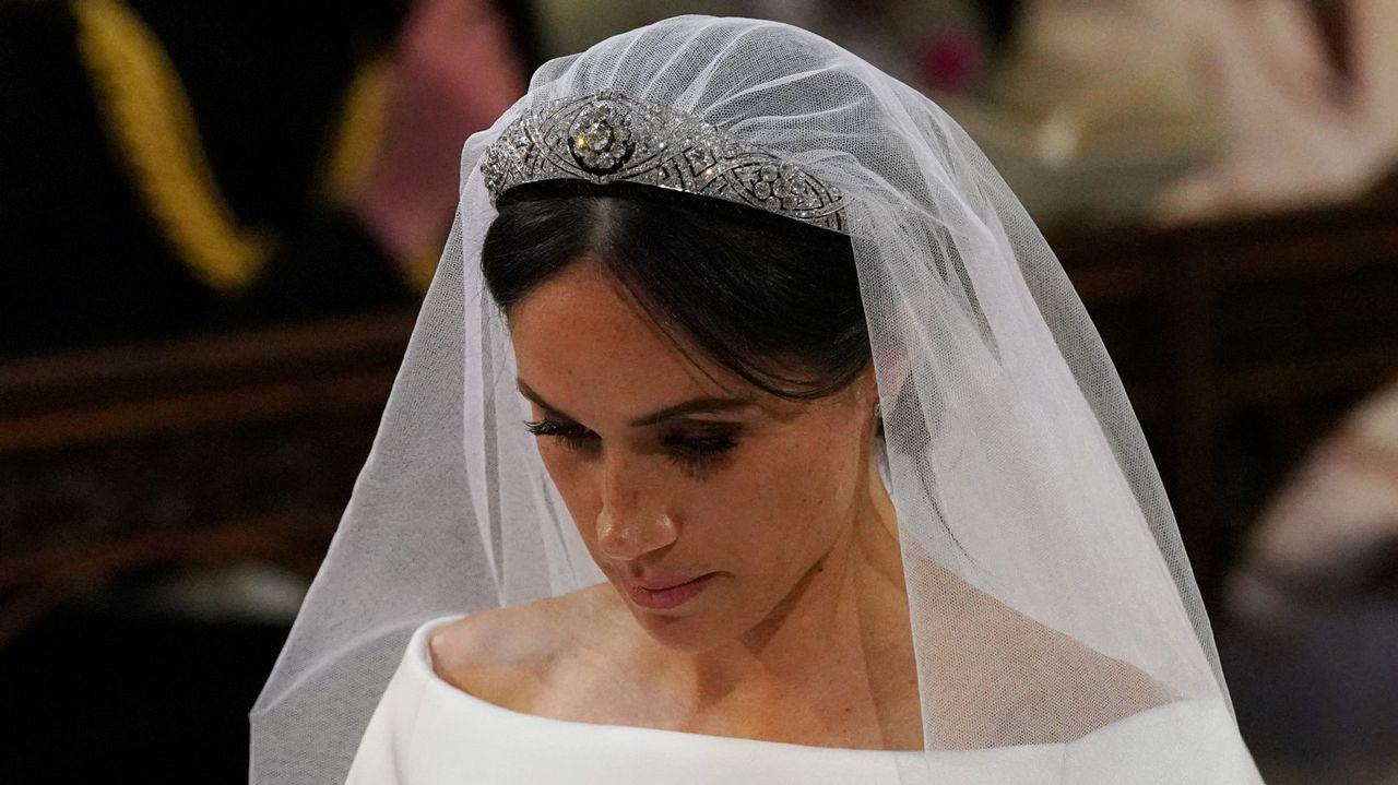 Las imágenes de la bodadel príncipe Enrique y Meghan Markle.Una tiara propiedad de la Reina Mary. La joya que la reina Isabel II prestó a Meghan Markle para su boda fue una tiara en forma de banda de diamantes creada en 1932 con un espectacular broche desmontabla al centro, hecho en 1893 y compuesto de 10 brillantes diamantes.