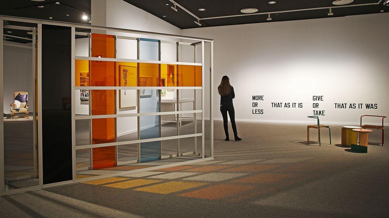 Instalación de Liam Gillick, con una obra tipográfica de Lawrence Weiner y mobiliario del gallego Tomás Alonso