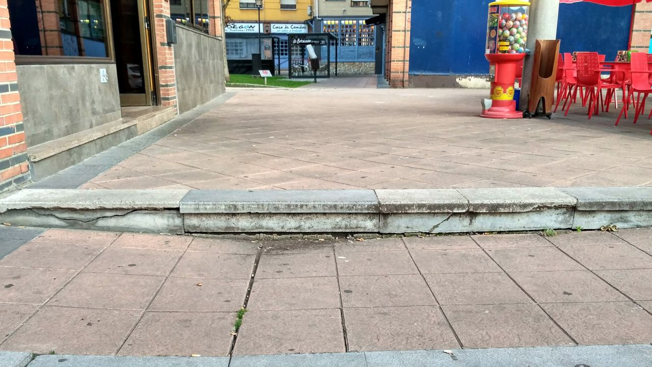 Faustino Santiago: «Se queres tranquilidade xa sabes o que tes que facer (...) Se non me pos, ti non es alcalde hoxe».Los vecinos piden la reparación de estas escaleras deterioradas en el barrio de Teatinos de Oviedo