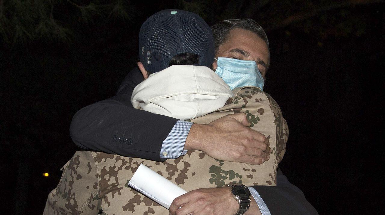Amargo abrazado a su abogado, Cándido Conde Pumpido