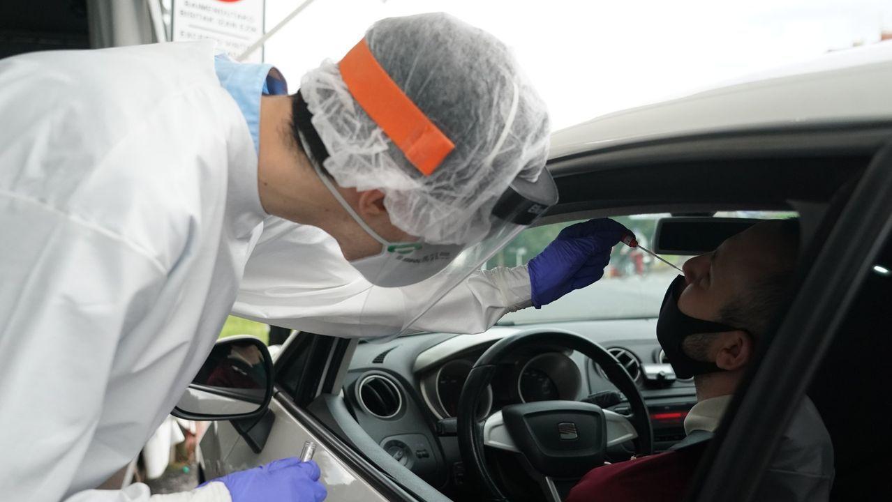 Un trabajador sanitario le realiza un test desde un vehículo a un hombre, en la zona habilitada en el Hospital de Basurto en Bilbao