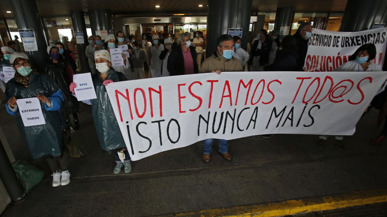 Una de las concentraciones de trabajadores sanitarios convocada por los sindicatos que tuvo lugar el 28 de abril en el Hospital Montecelo de Pontevedra