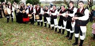 Los gaiteiros de Lúa Chea de San Xoán acompañaron a los Reyes Magos en Cabana.