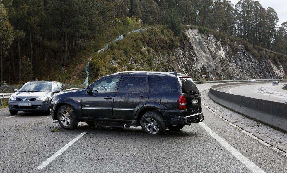 Un vehículo policial de Cee se niega a pagar el peaje en la AG-55.El conductor perdió el control del coche: resultó ileso.