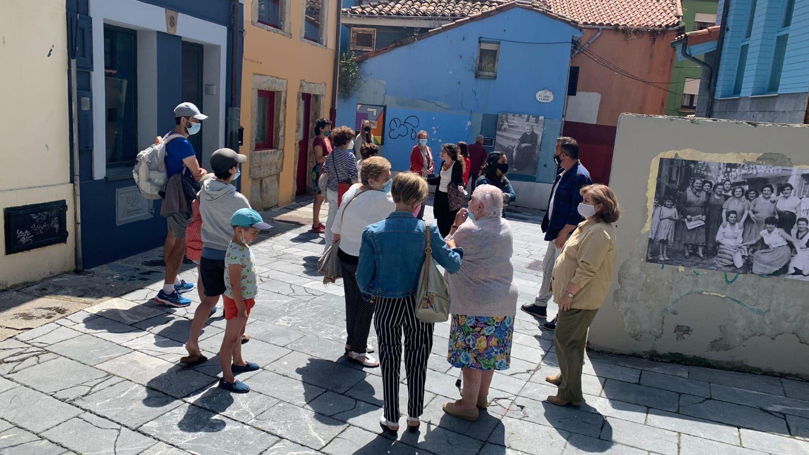Largas colas para recibir la vacuna contra el covid en el HUCA.Un grupo de personas visita la Casa de la Memoria de Cimadevilla