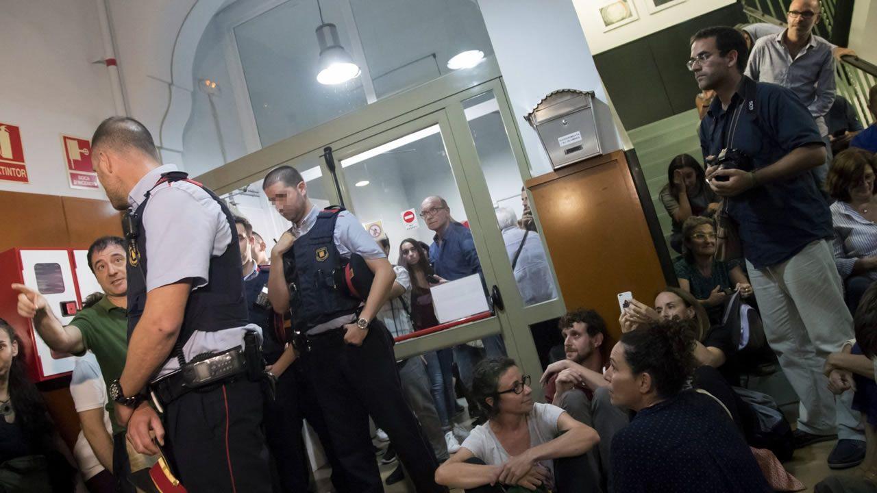 El 29 de septiembre los mossos se presentaron en el IES Tarradell, en Barcelona, y le notificaron al director que se debía cerrar el colegio, donde se vivieron momentos de tensión.