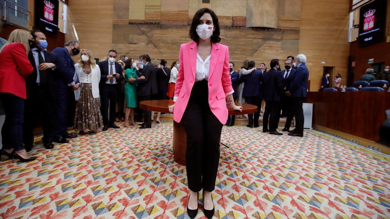 Isabel Díaz Ayuso posa tras ser investida presidenta de la Comunidad de Madrid