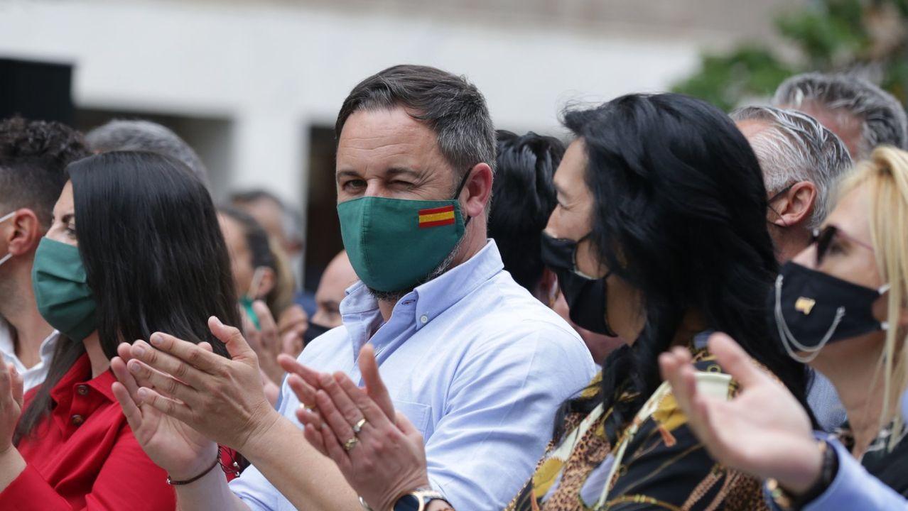 De izquierda a derecha, la portavoz adjunta de Vox en el Congreso, Macarena Olona, el líder de Vox, Santiago Abascal y la cabeza de Vox por Álava, Amaia Martínez