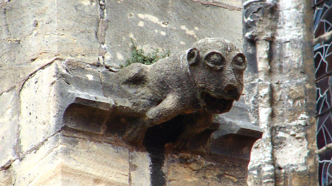Gárgola en la Catedral de Oviedo. Podría representar un mono, animal relacionado con el pecado, una forma demoníaca que además tiene una expresión burlona