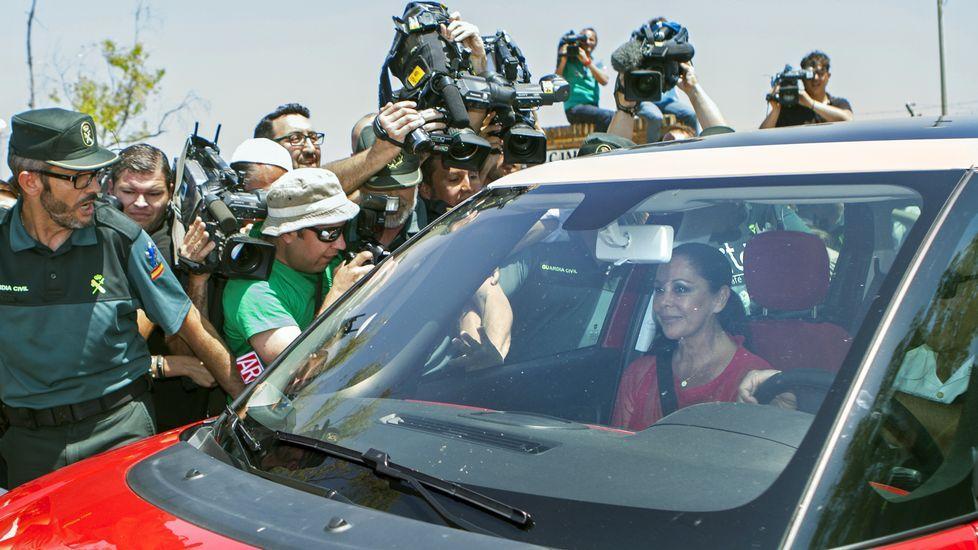 Agustín Pantoja abre la puerta del coche  a su hermana.