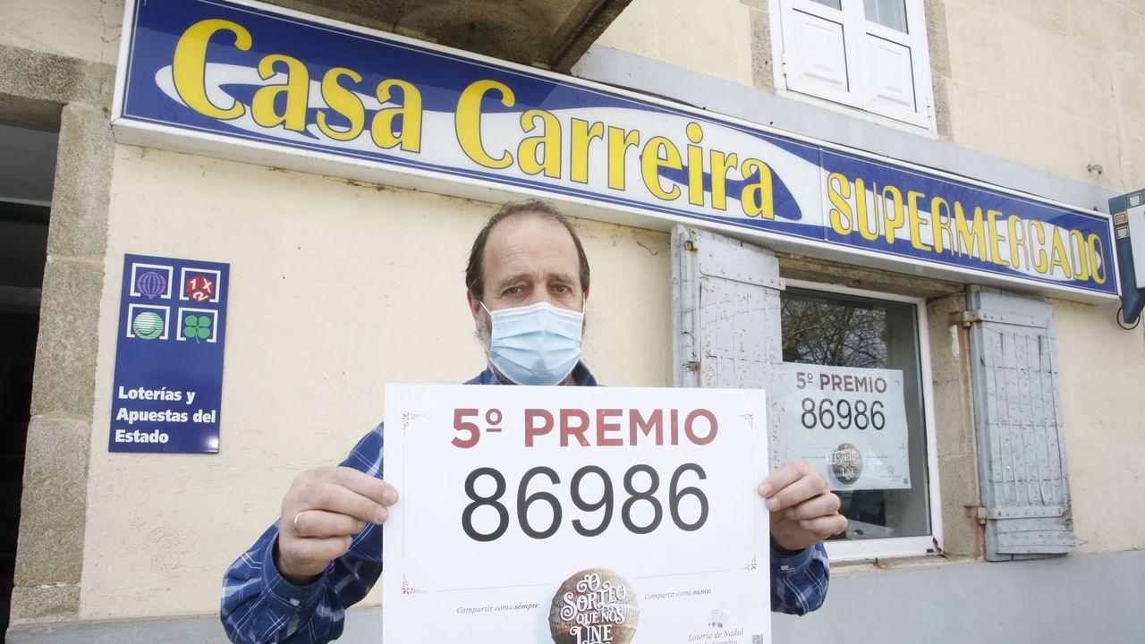 El 86986, un quinto premio, muy repartido por Galicia.Suso, gerente de Casa Carreira en Castro Ribeiras de Lea, que repartió un décimo premiado con 6.000 euros