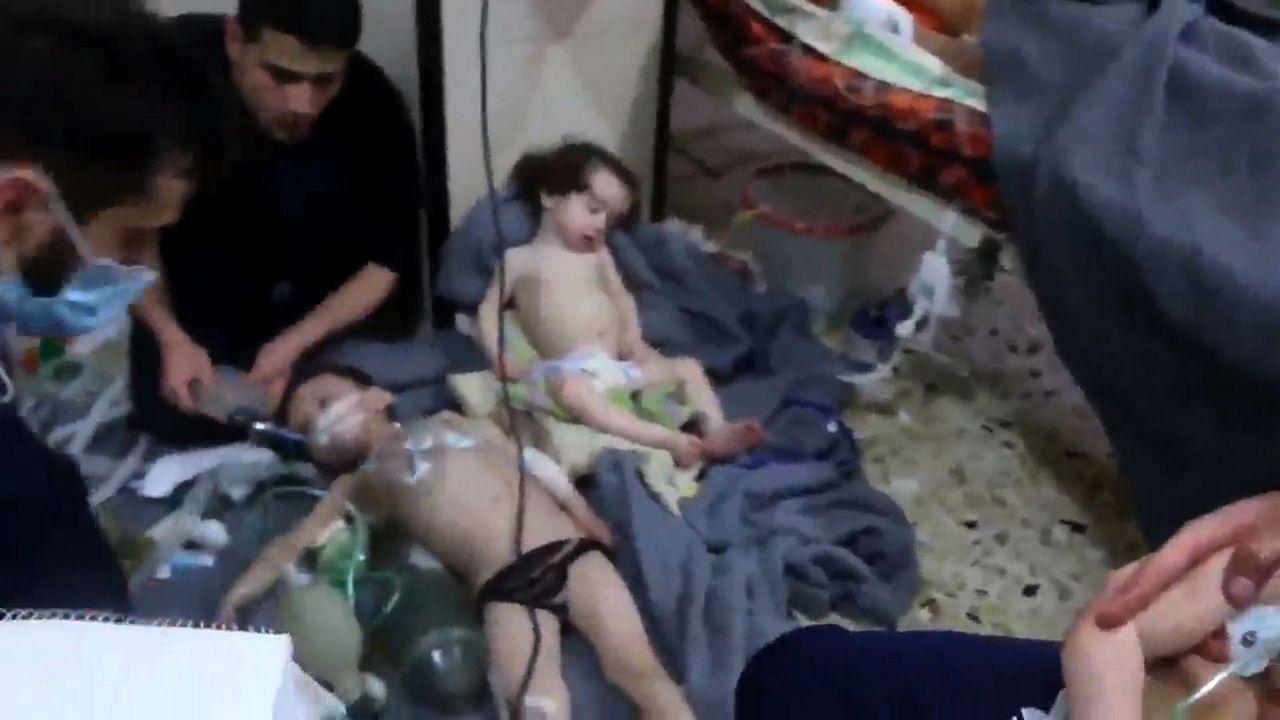 Más de cuarenta muertos en un atentado en Kabul.Imagen tomada de un vídeo que muestra a niños en un hospital tras un supuesto ataque químico en Duma, Siria