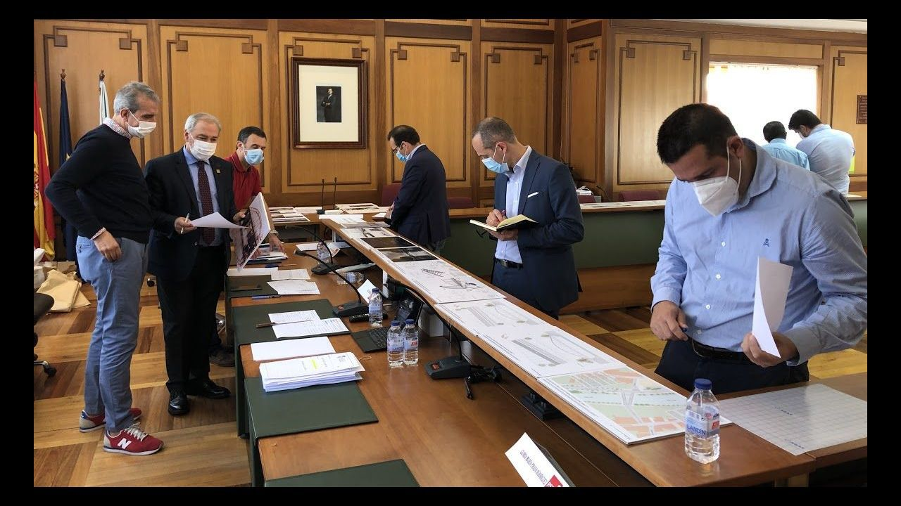 El jurado revisó este lunes los siete proyectos en el salón de plenos del Ayuntamiento