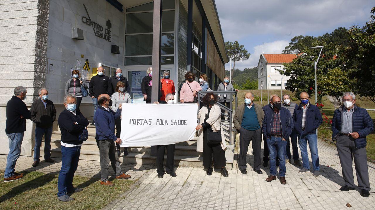 Colas para vacunarse contra el covid en Pontevedra.Un grupo de vecinos de Portas, ante el centro de salud, reclaman tener siempre dos médicos