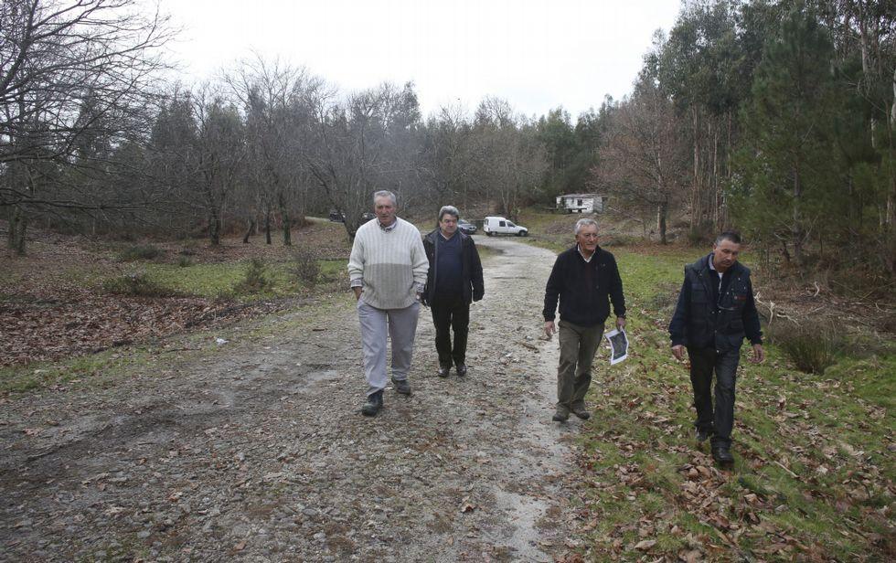 Comuneros de A Canicouva, en los terrenos que han ofertado para la planta de compost.