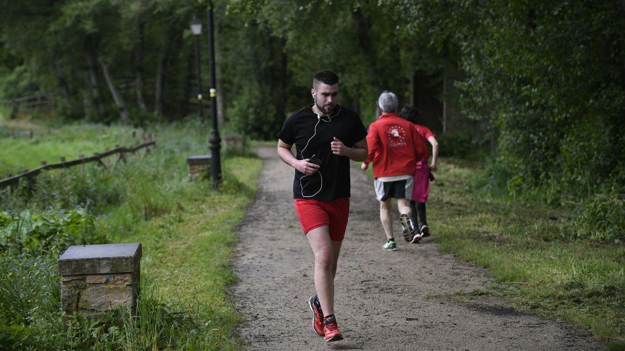 Gente caminando o haciendo deporte por el Paseo de Pontiñas en Lalín