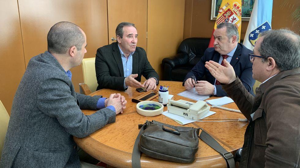 Una visita en imágenes a la aldea de Lebrón.El alcalde de O Incio, el de Bóveda, el delegado de la Xunta y el regidor de A Pobra do Brollón, en la reunión de esta semana en Lugo