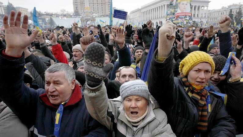 Manifestantes y policías se enfrentan en Kiev.Disturbios durante la noche