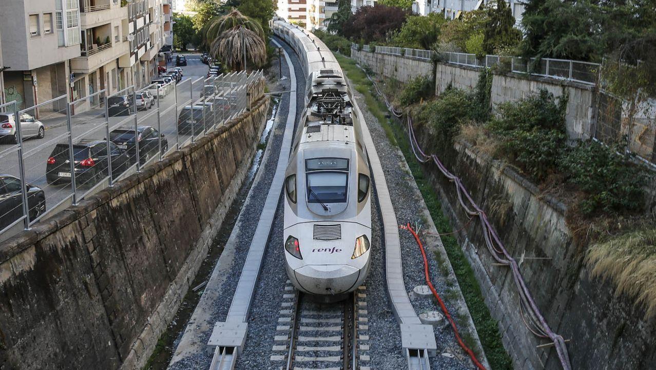 Un Alvia circulando por el trazado urbano de Ourense que está siendo adaptado a la alta velocidad
