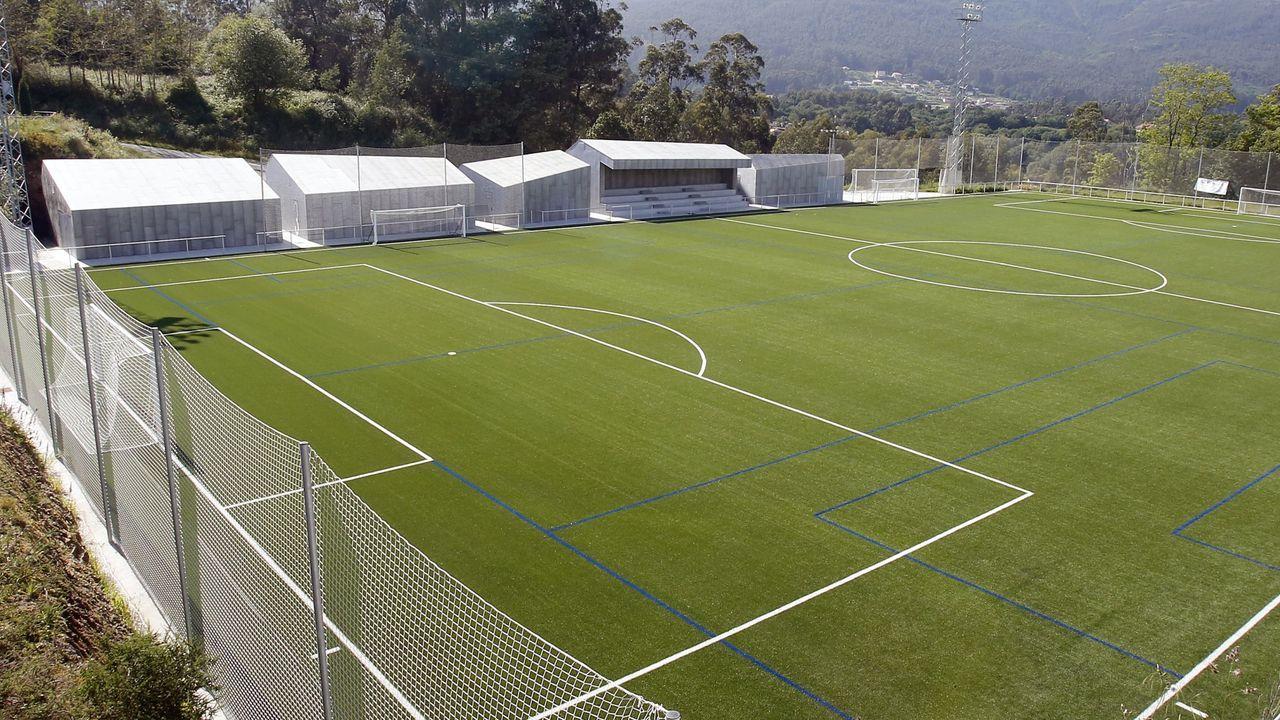 Cruz do Outeiro da Obra de Celanova.Campo de fútbol de Campañó, en Pontevedra