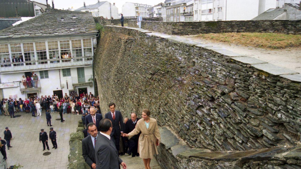 Los duques, acompañados por autoridades, subieron al adarve de la Muralla cerca de la Porta Falsa