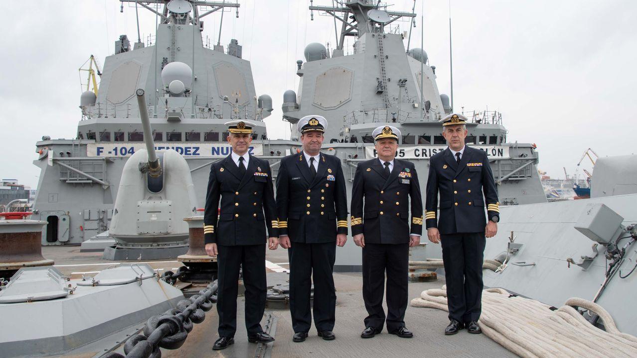 Regreso de la fragata Cristóbal Colón a Ferrol tras cinco meses con la OTAN.Felipe y Silvano, en la remozada piscina de Batallones