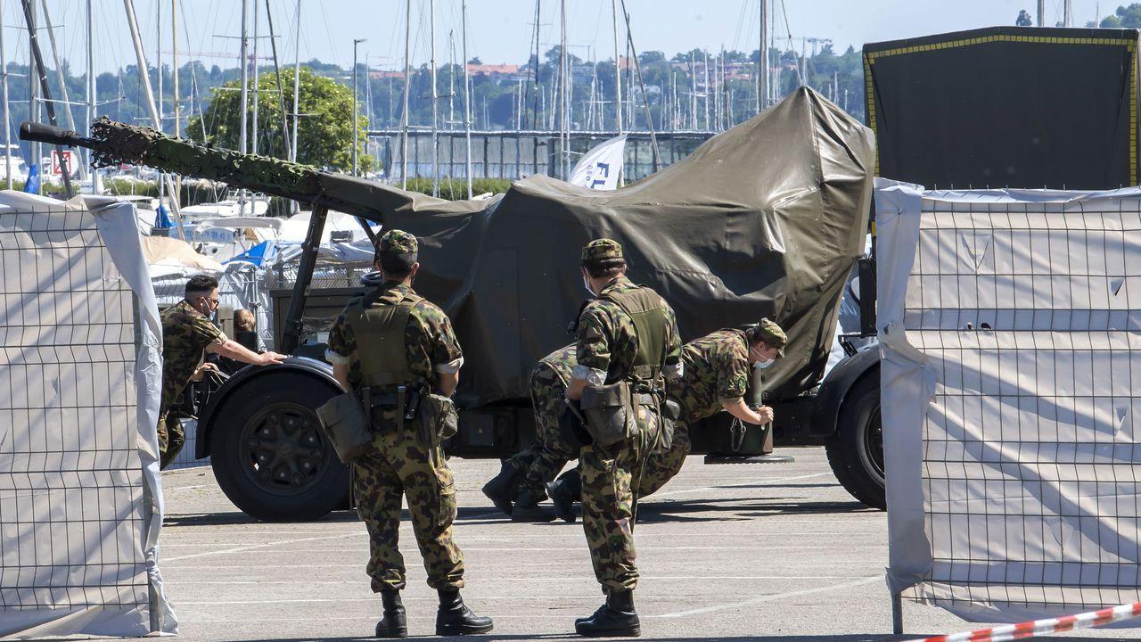 Soldados suizos instalan un cañón antiaéreo cerca del la villa donde tendrá lugar el encuentro entre Biden y Putin