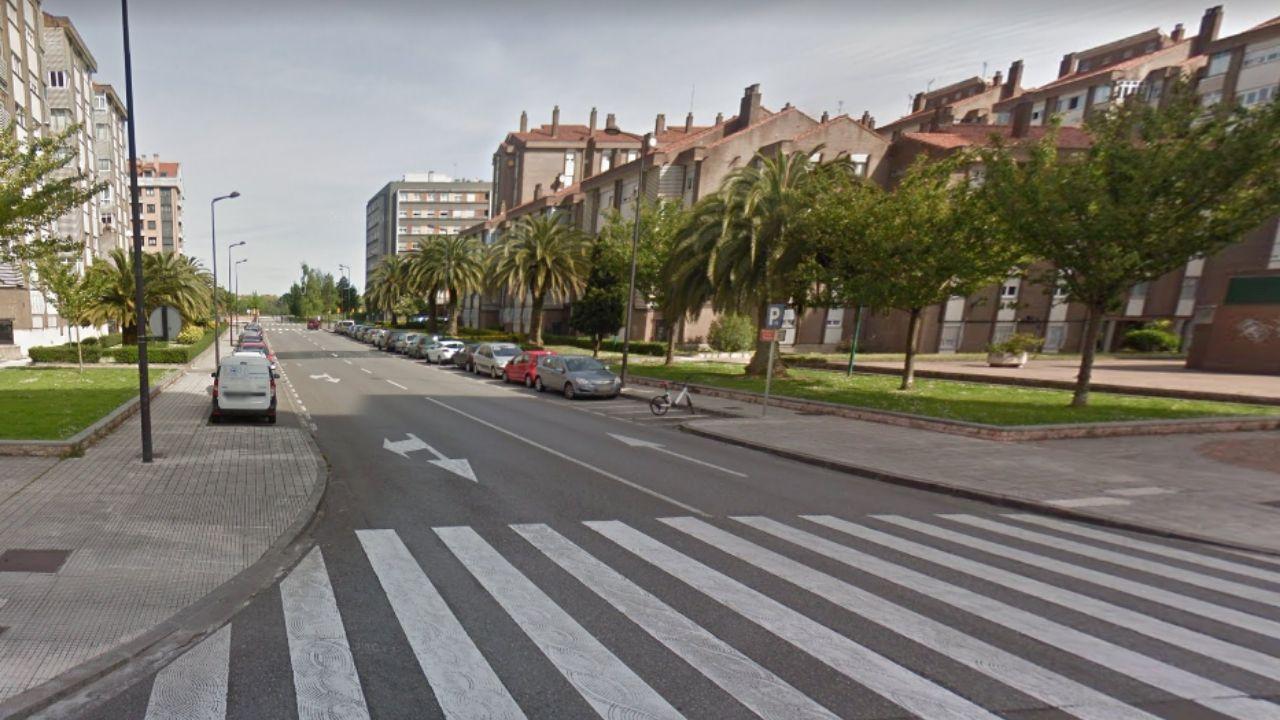 Centenares de personas para participar en la versión asturiana de «Un violador en el camino».Calle de Puerto de Cerredo, en el Polígono