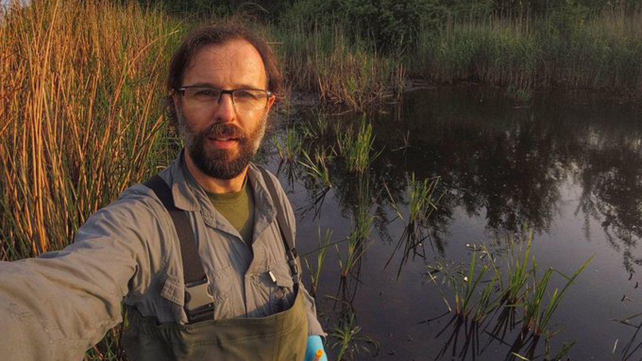 El invetigador Germán Orizaola trabajando en la zona de exclusión de Chernóbil