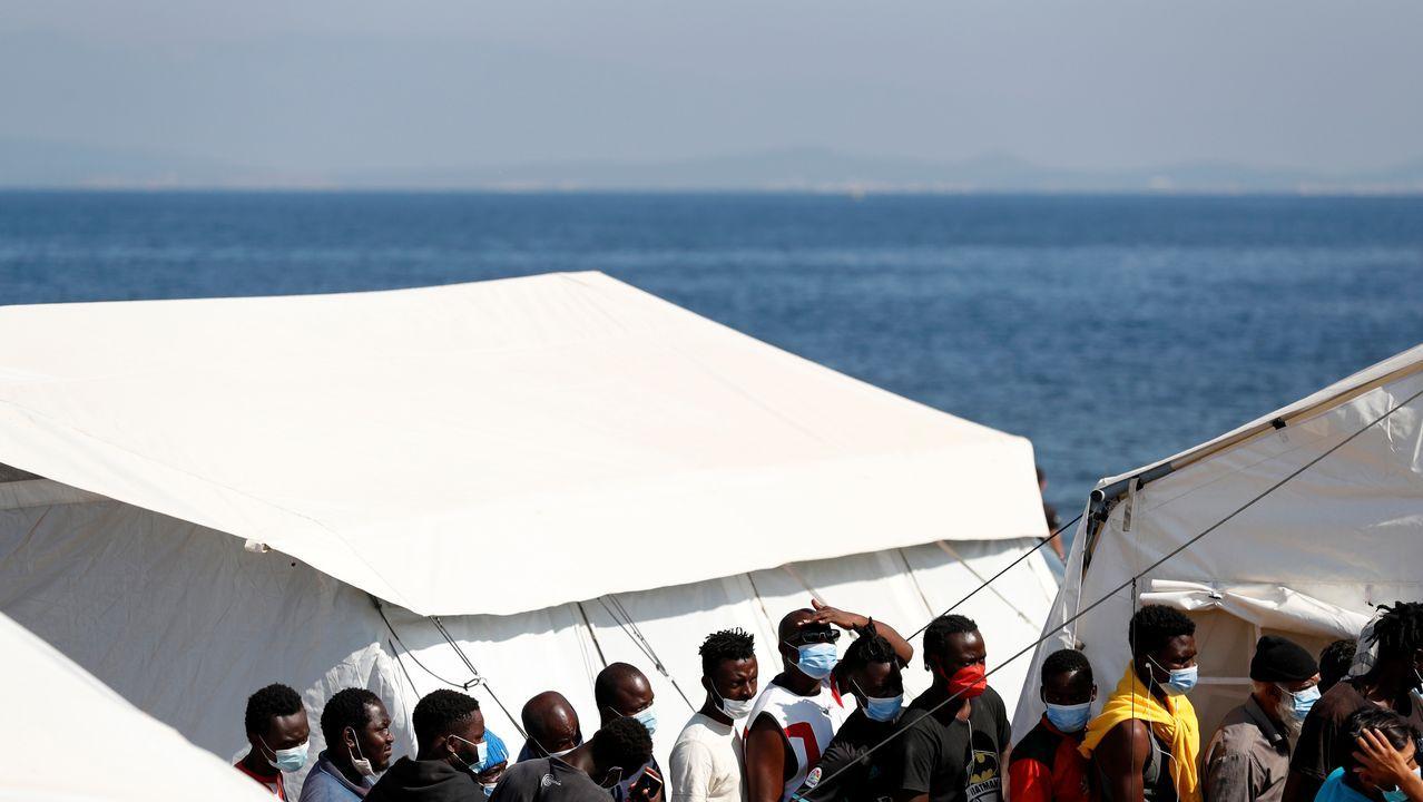 Inmigrantes hacen cola en el nuevo campamento de la isla griega de Lesbos