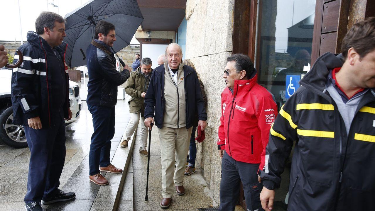 El rey emérito, Juan Carlos de Borbón,  en Sanxenxo para disfrutar de  la vela. Junto a Pedro Campos se acercó al Club Náutico de Sanxenxo para salir a navegar a bordo  el velero clásico de madera que tiene en esta localidad, en abril de 2016