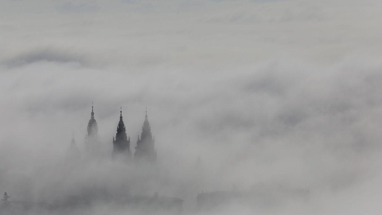 Vista de Santiago, un día de niebla, desde el Pedroso