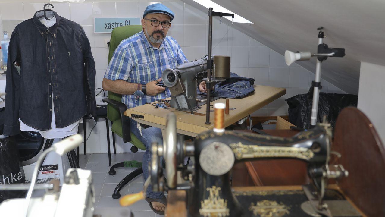 Sada se va de feria... modernista.Pedro Sánchez López en su tienda de Todo Deporte de Betanzos