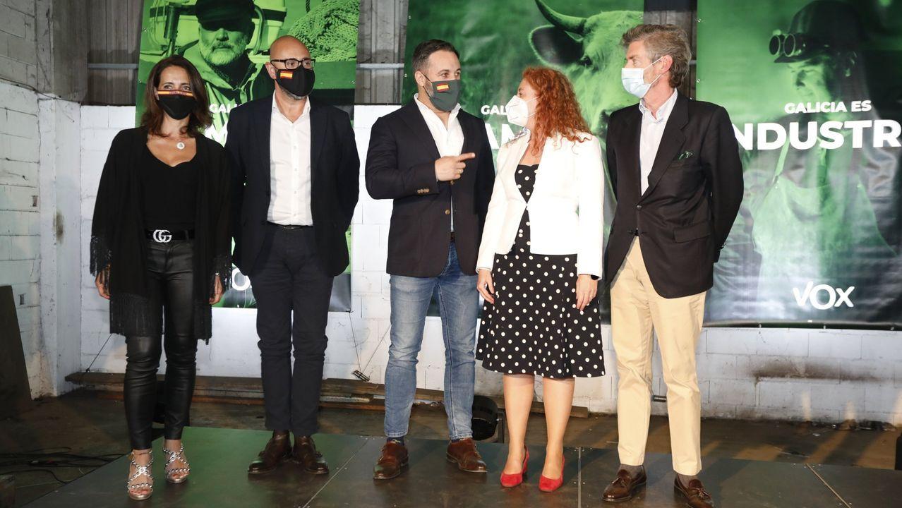 Santiago Abascal (en el centro), acompañado por candidatos a las elecciones gallegas, en un mitin en Mos antes de los comicios