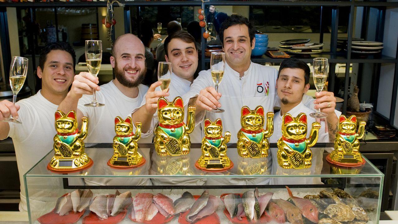 Carlos Pérez, el chef, segundo por la derecha, brindando con los miembros de su equipo.