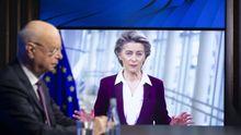 E director ejecutivo del Foro Económico Mundial de Davos, German Klaus Schwab, con la presidenta de la Comisión Europea, Ursula Von der Leyen, interviniendo a través de videoconferencia