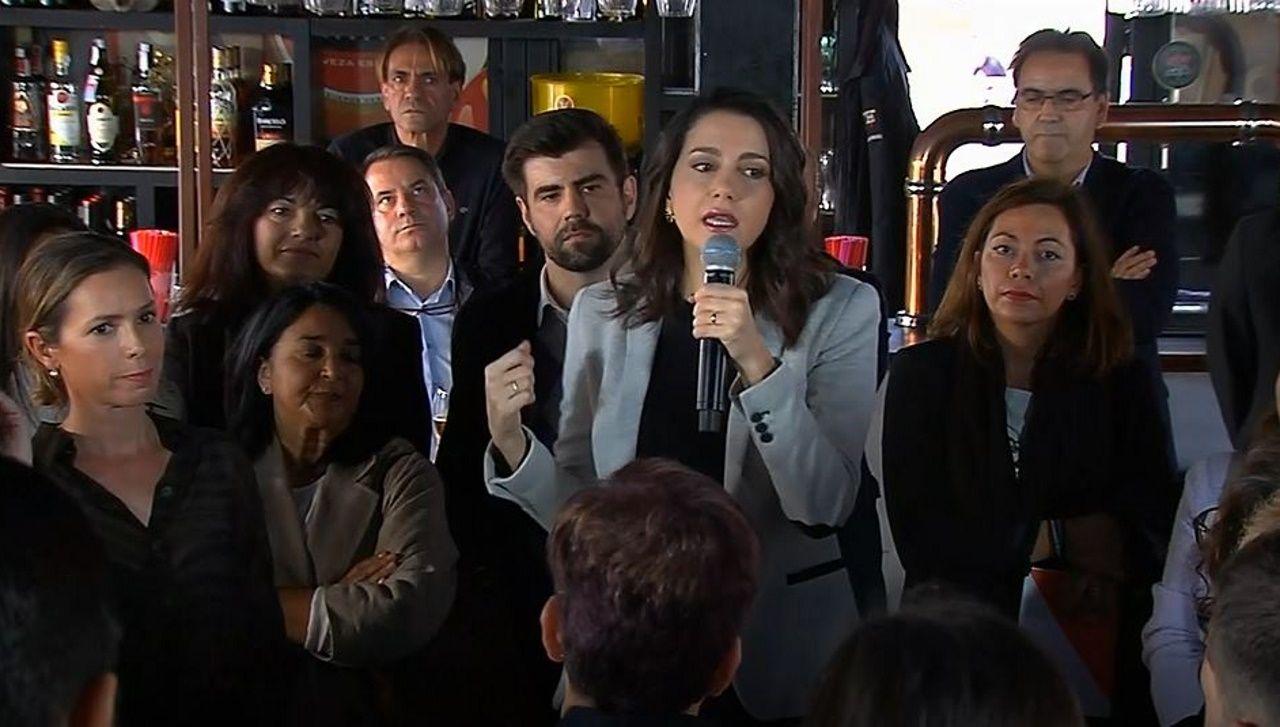 Inés Arrimadas de cañas por Coruña.Militantes de Ciudadanos se consuelan tras el mal resultado.
