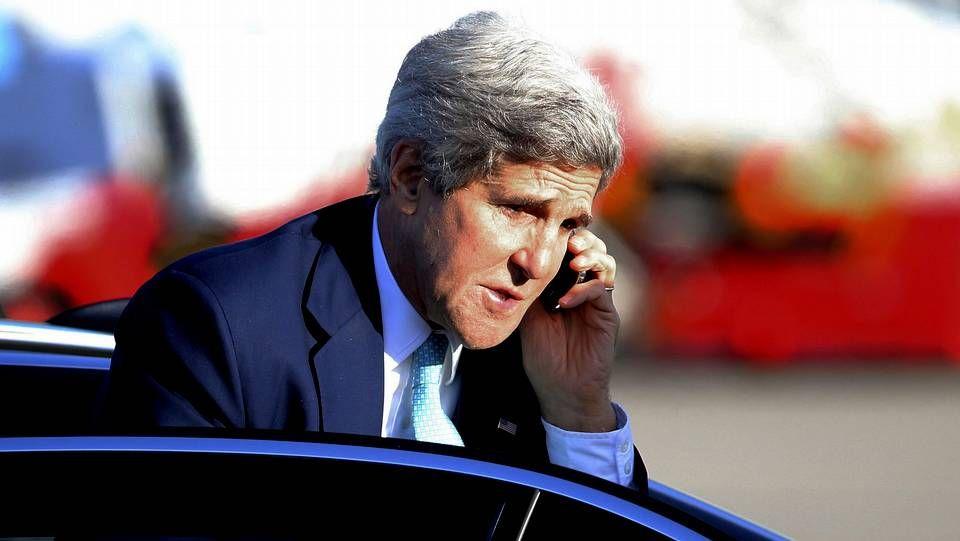 Kerry saluda a su homólogo ruso antes de posar para los fotógrafos en la cita de París.