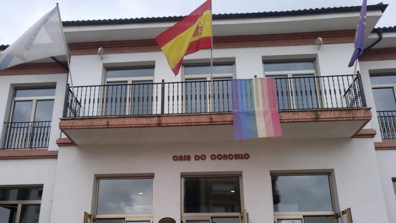 La bandera del arco iris pende del balcón de la casa consistorial