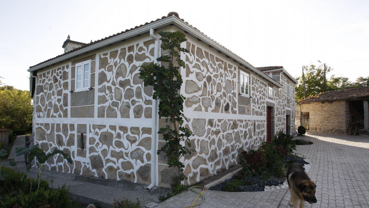 La casa de Ánxel Rodríguez, en Ralle, está cubierta de esgrafiados
