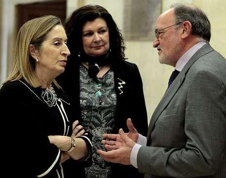 Ana Pastor y Gregorio Tudela, ayer tras la firma en el ministerio.