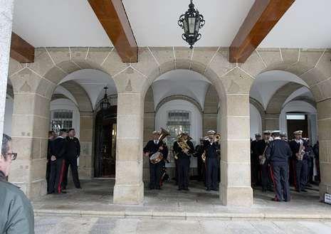 LA BANDA DEL TERCIO, EN CAPITANÍA. Ayer, a pesar del mal tiempo la agrupación de infantería de Marina realizó su ensayo en los soportales del Palacio de Capitanía.
