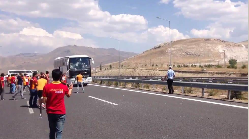 Hinchas del Galatasaray apedrean un autobús de aficionados del Besiktas