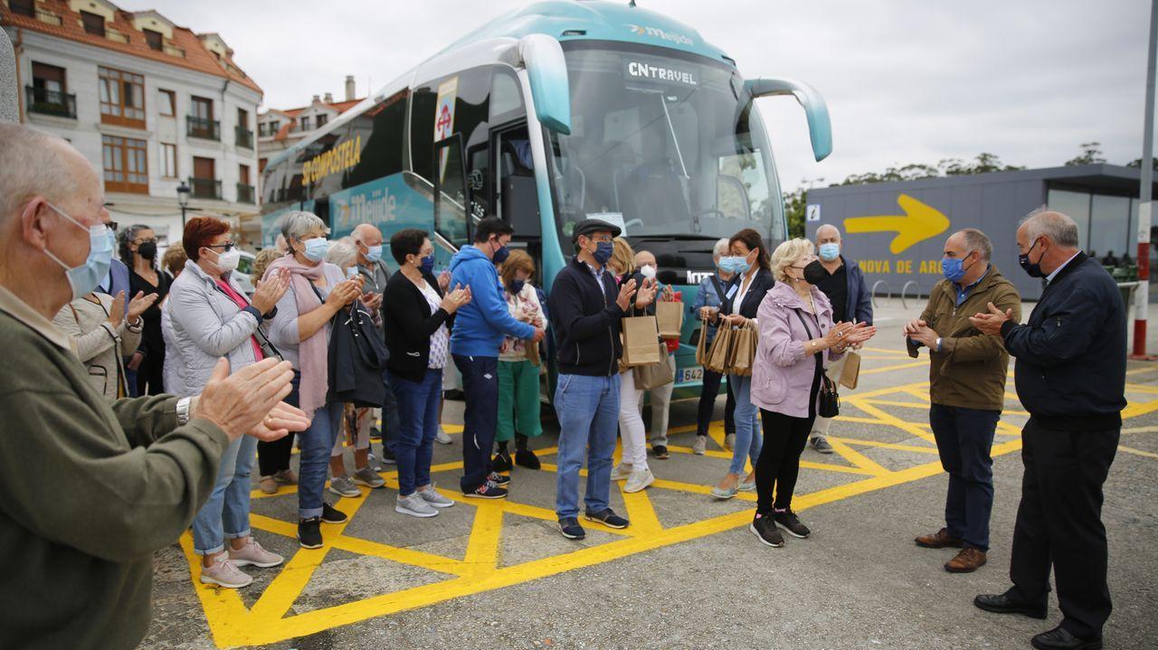 Llegan a Vilanova los primeros turistas de la campaña Elixe Galicia.El presidente del Puerto y el conselleiro