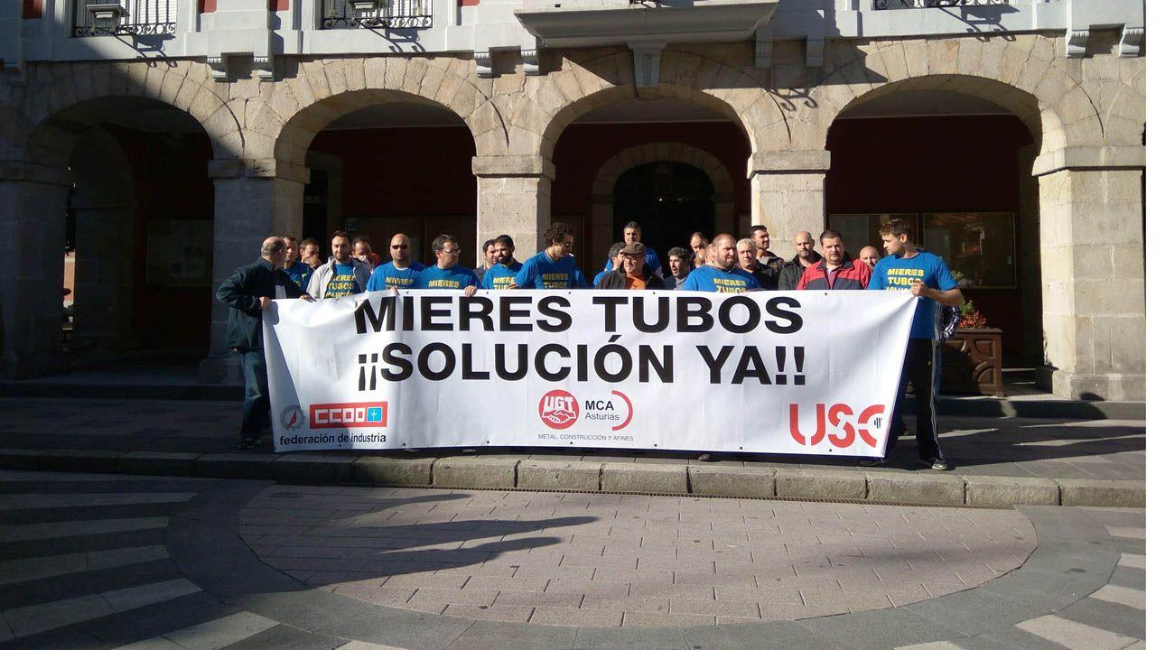 Trabajadores de Mieres Tubos manifestándose.Los trabajadores de Mieres Tubos se concentran para reclamar los salarios que les deben