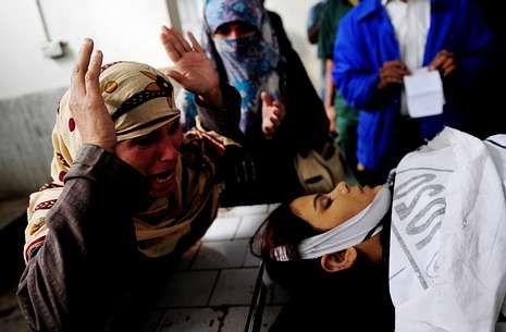 Una mujer llora la muerte de su hija, una de las trabajadoras de la campaña contra la polio.