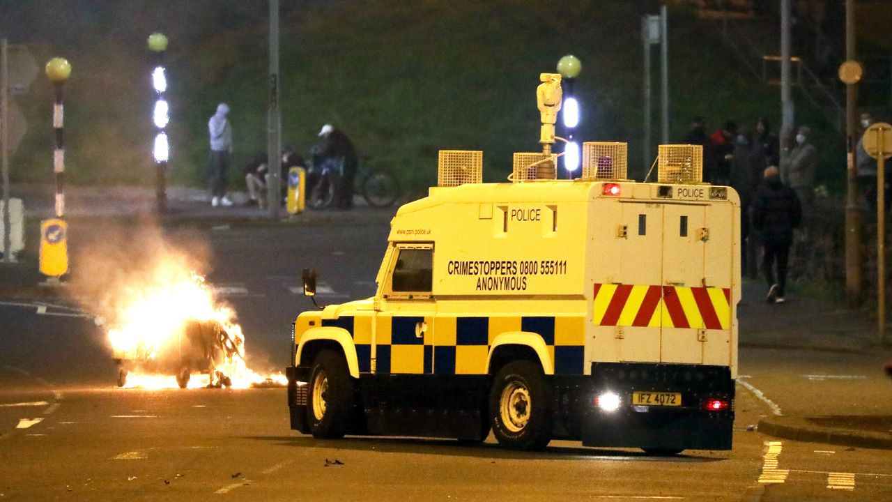 Una patrullera se acerca una barricada incendidad en Belfast